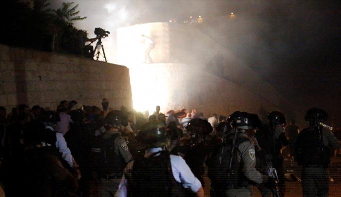 İşgal güçleri Mescid-i Aksa'nın kapısındaki cemaate saldırdı