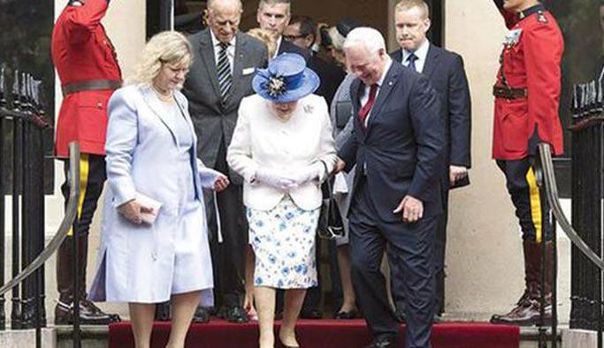 Kraliçeye dokunma yasağı ihlal edildi
