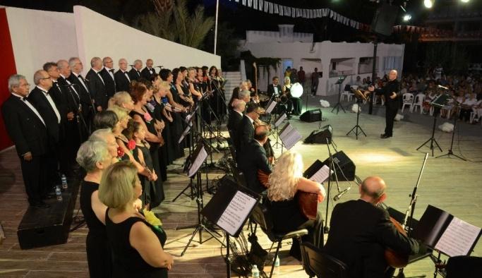 Kuşadası'nda TSM korosu'ndan 'Avni Anıl' konseri
