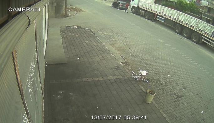Lüks otomobilli akü hırsızı kamerada