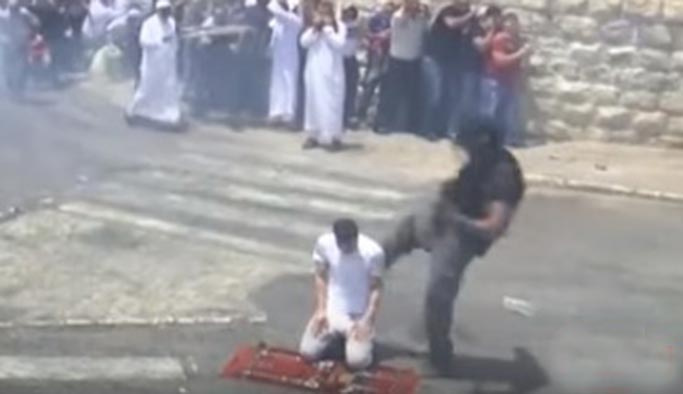 Namaz kılan adama tekme atan işgalci İsrail askeri VIDEO