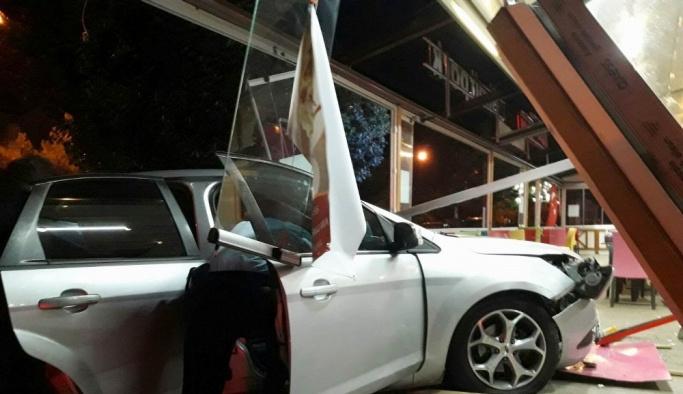 Otomobil pastaneye girdi, sürücü kaçtı