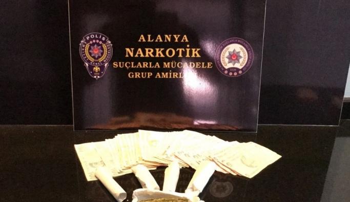 Otomobille uyuşturucu ticareti yapan 2 şahıs yakalandı