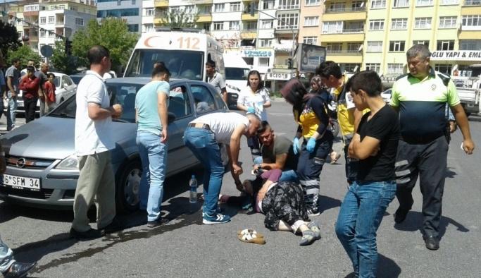 Yaya geçidinde araba çarptı