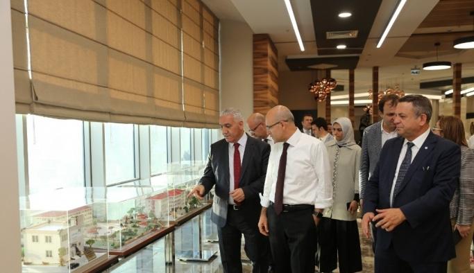 Başbakan Yardımcısı Şimşek Merinos halıyı gezdi