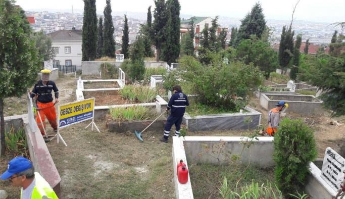 Gebze'de mezarlıklarda çalışmalar sürüyor