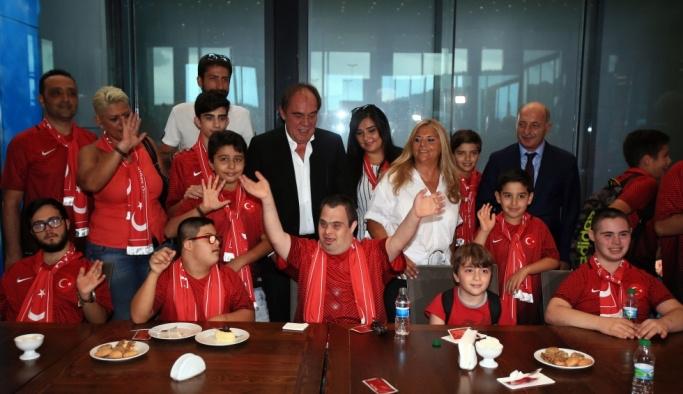 Milli futbolcular özel öğrencilerle buluştu