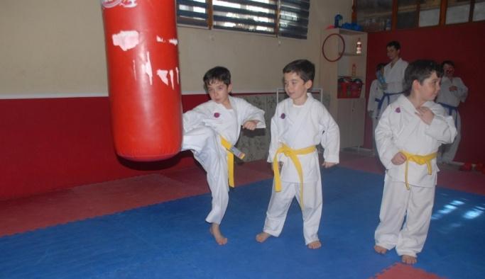 Tek yumurta üçüzleri 6 ay önce başladıkları karatede ilk madalyalarını aldı