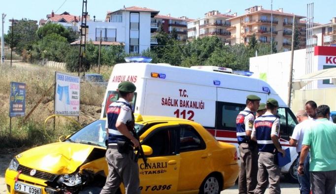 Tekirdağ'da kamyon ile ticari taksi çarpıştı: 2 yaralı
