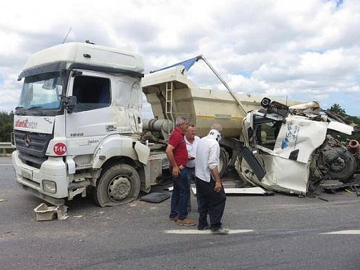 Üç hafriyat kamyonu birbirine girdi