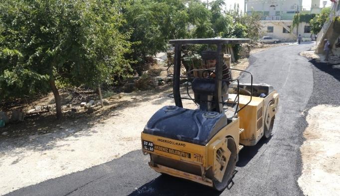 Akdeniz'de 5 mahalleye 8 ton asfalt