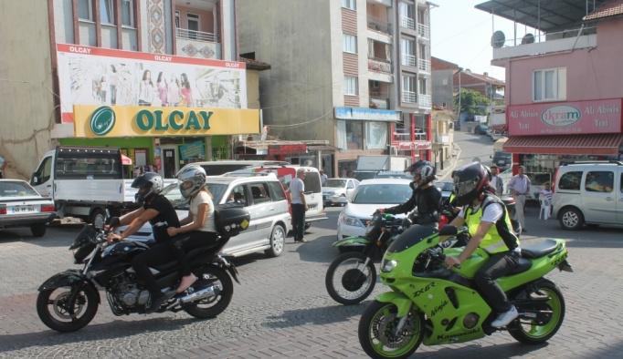 Anma konvoyundaki motosikletliye otomobil çarptı