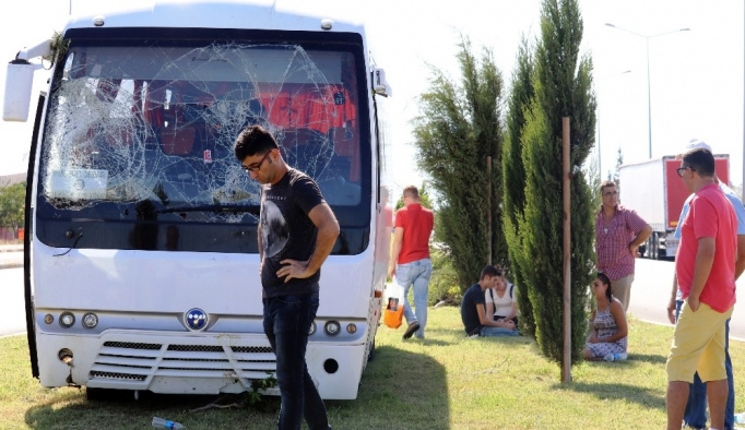 Antalya'da otel servis minibüsü devrildi: 5 yaralı