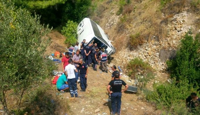 Antalya'da tur midibüsü uçuruma yuvarlandı: 2 ölü, 29 yaralı