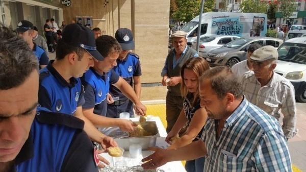 Çankırı'da zabıta ekipleri vatandaşa helva dağıttı