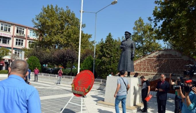 CHP'nin kuruluş töreninde bayrak krizi