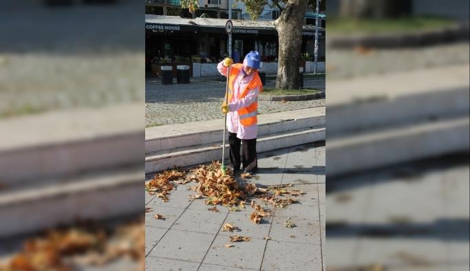 CHP'li belediye çift diplomalı kadına sokakları temizletiyor