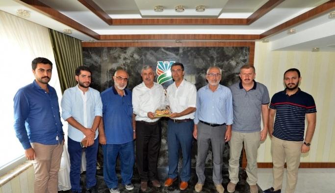 Cumhurbaşkanı'ndan ödül alan Yeşilyurt Belediye Başkanı Polat'a ziyaretçi akını