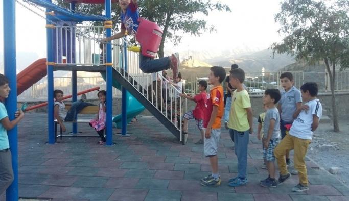 Hakkarili çocuklar bayramlarını parklarda geçirdi