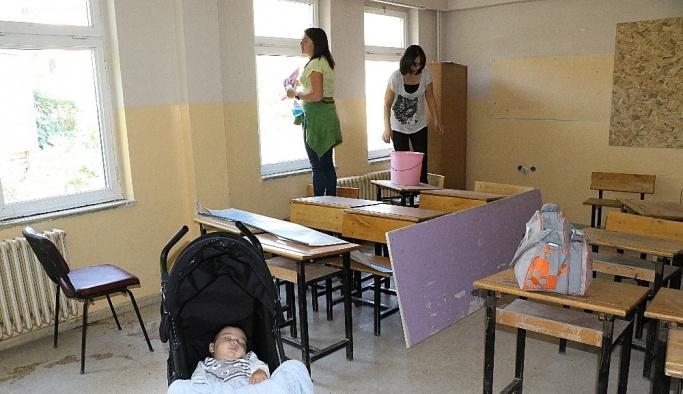 Köy okulunda öğretmenlerden hummalı temizlik çalışması