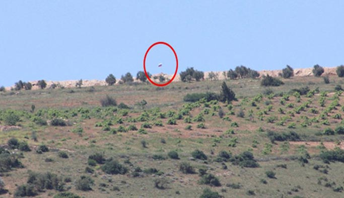 PYD'nin Afrin sınırına astığı bayraklar kaldırıldı