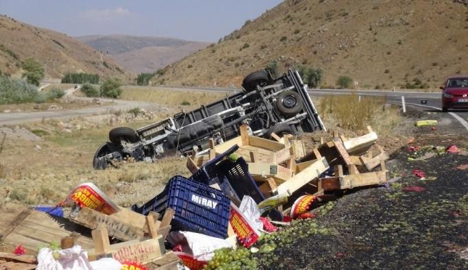 Sebze yüklü kamyonet şarampole yuvarlandı: 2 yaralı
