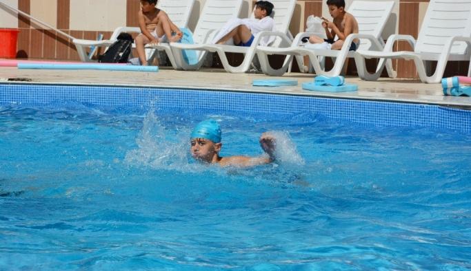 Seyitgazi Belediyesi yüzme kursu ilk mezunlarını veriyor