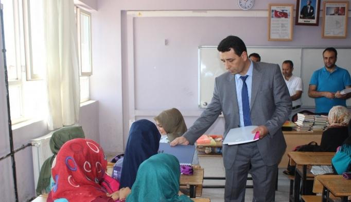 Siverek'te ihtiyaç sahibi öğrencilere kırtasiye yardımı