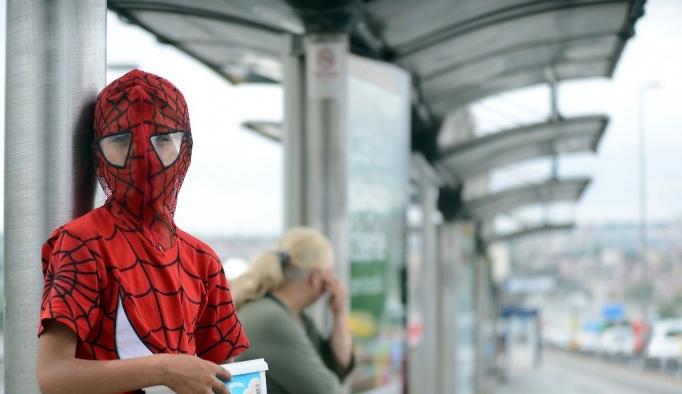 """Suriyeli Ali """"Örümcek Adam"""" kostümüyle mendil satışını ikiye katladı"""