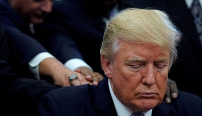 Trump ve ekibi kasırgada ölenler için dua etti