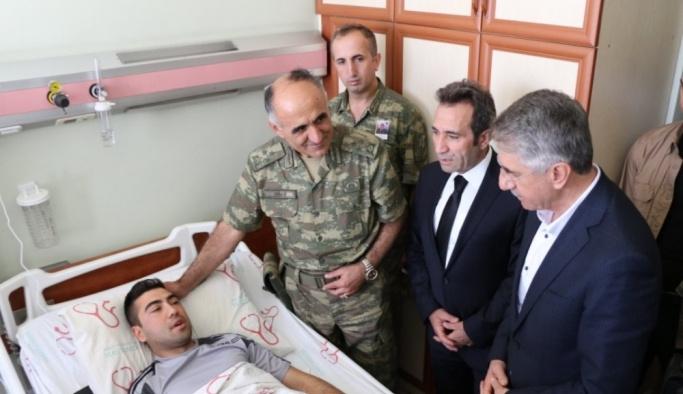 Vali Mantı, yaralı askeri ziyaret etti