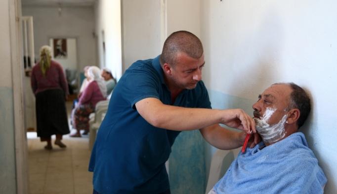 Yangın mağdurlarına ücretsiz tıraşla destek oluyor