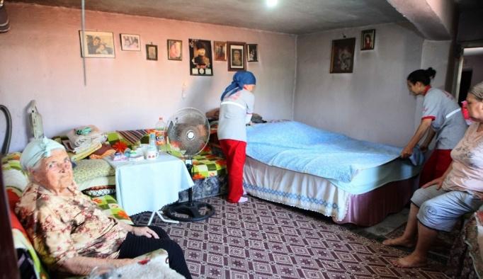 Yaşlı ve engellilerin evlerini temizliyorlar