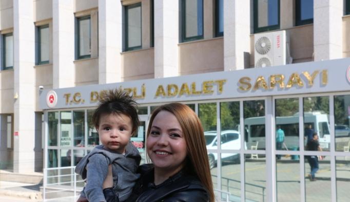 Avukat anne duruşmalara bebeğiyle katılıyor