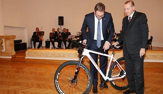 Erdoğan'dan Sırp mevkidaşına bisiklet hediye etti