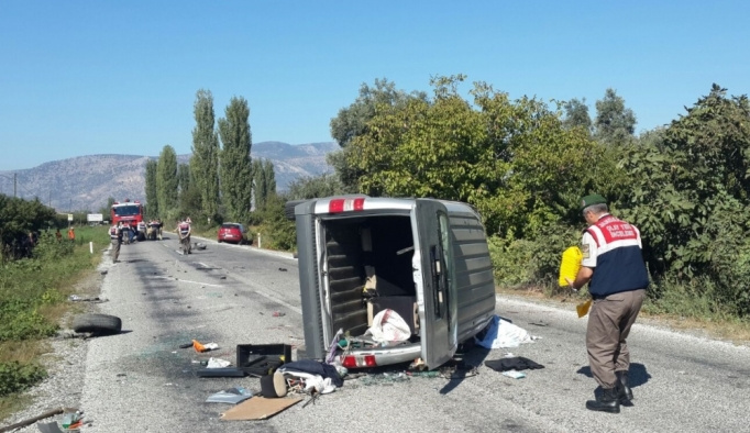 İzmir'de 2 otomobil çarpıştı: 1 ölü, 4 yaralı
