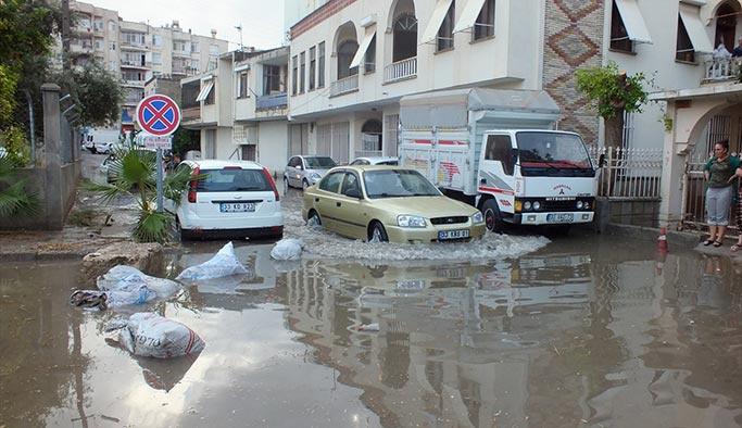 Mersin'de sağanak yağmur evleri su altında bıraktı