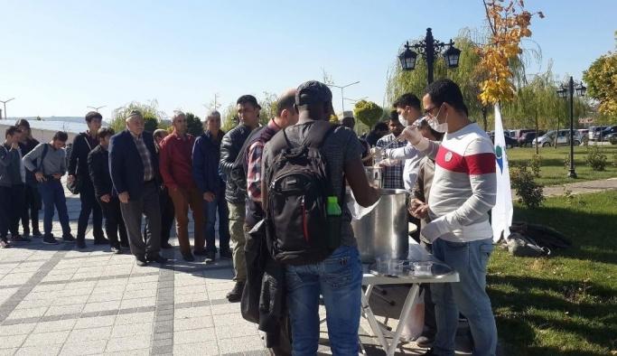 Uluslararası öğrenciler aşure dağıttı