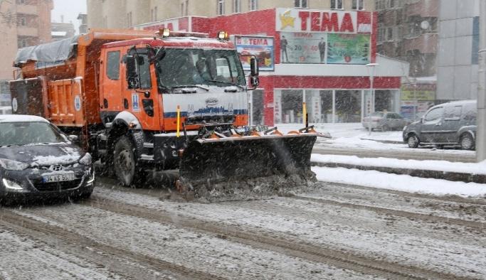 Büyükşehir'in kar timleri iş başında