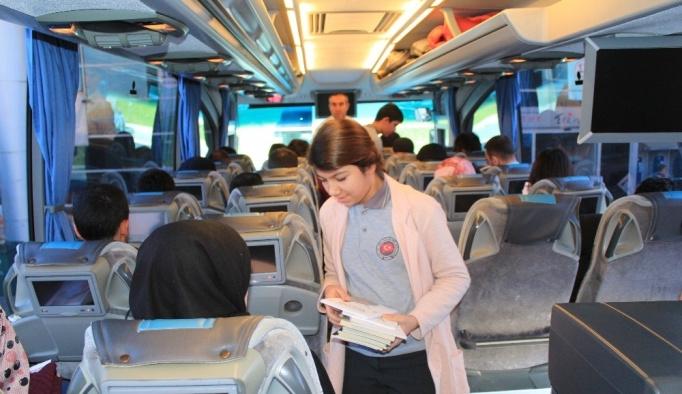 Erzincanlı öğrencilerden yolculara kitap jesti