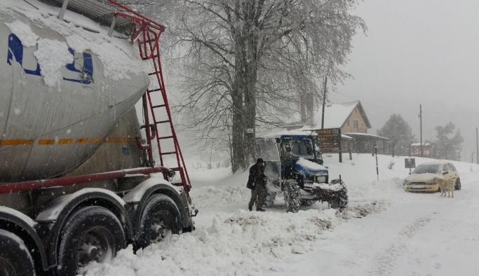 Kar yağışı nedeniyle birçok araç yollarda kaldı