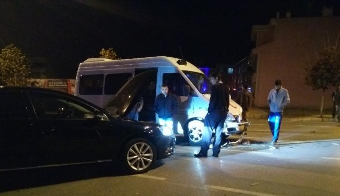 Minibüs ile otomobil çarpıştı: 1 yaralı