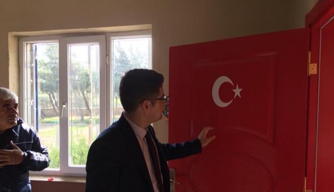 Okul kapılarına Türk bayrağı resmedildi