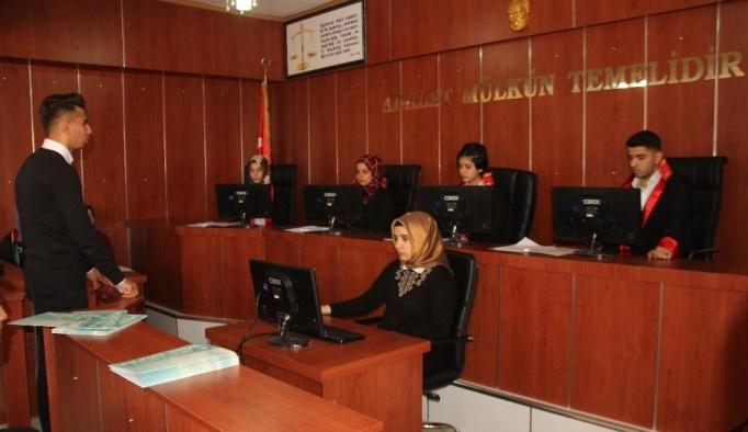 Okulda mahkeme salonu şeklinde sınıf açıldı