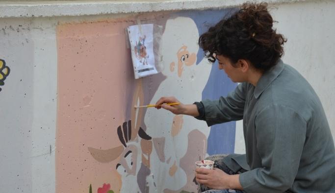 Okulun duvarlarını tablo gibi işliyor