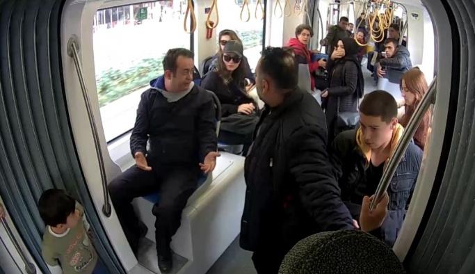 Tramvaydaki sosyal deneyi gerçek sanan yolcular, tiyatro oyuncularını azarladı