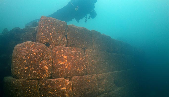 Van Gölü'nde 3 bin yıllık kale keşfedildi