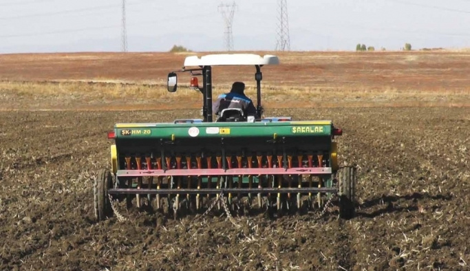 Yağışları fırsat bilen çiftçiler tohum ekmeye başladı
