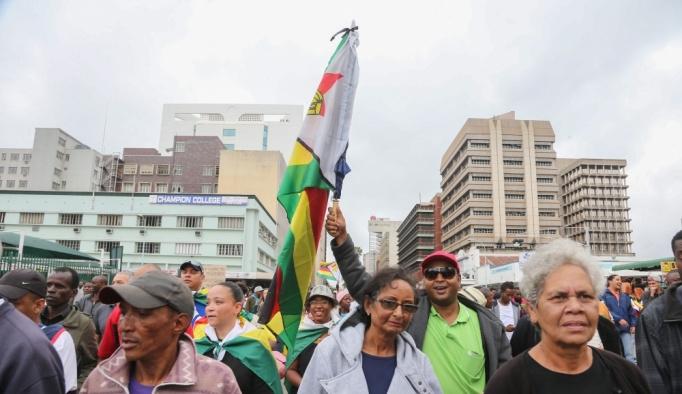 Zimbabve'de asker destekli muhalifler yürüyüşe geçti