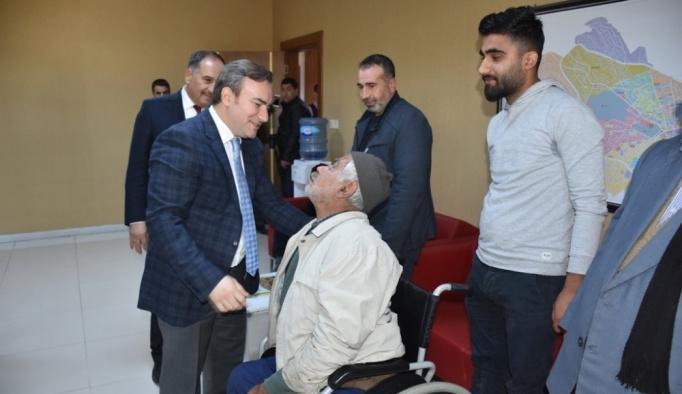 Engellilere akülü tekerlekli sandalye dağıtıldı